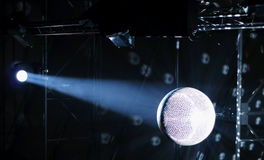 Bola de espejo en el rayo de la luz por imagen de la acción de la imagen de la acción del proyector Foto de archivo libre de regalías