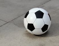 Bola de futebol concreta enorme Fotografia de Stock Royalty Free