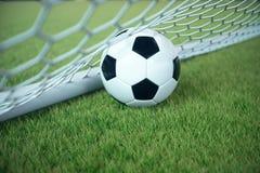 bola de futebol da rendição 3d no objetivo Bola de futebol na rede com fundo claro do projetor e do estádio, conceito do sucesso Foto de Stock Royalty Free