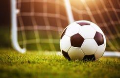 Bola de futebol do close up na grama verde Imagem de Stock