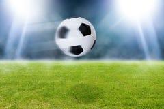 Bola de futebol do voo no estádio Imagem de Stock Royalty Free