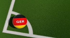 Bola de futebol em cores nacionais alemãs em um campo de futebol Copie o espaço no lado direito Fotografia de Stock