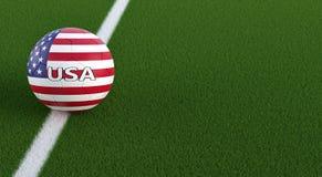 Bola de futebol em cores nacionais dos EUA em um campo de futebol Copie o espaço no lado direito Foto de Stock