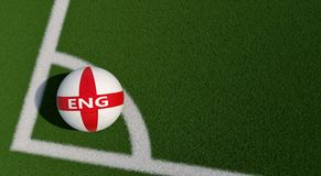 Bola de futebol em cores nacionais de Inglaterra em um campo de futebol Copie o espaço no lado direito Imagem de Stock
