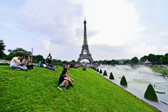 A bola de futebol gigante suspendeu na torre Eiffel durante o UEFA Foto de Stock Royalty Free