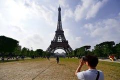 A bola de futebol gigante suspendeu na torre Eiffel durante o UEFA Imagem de Stock