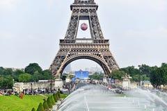 A bola de futebol gigante suspendeu na torre Eiffel durante o UEFA Fotos de Stock Royalty Free