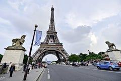 A bola de futebol gigante suspendeu na torre Eiffel durante o UEFA Imagens de Stock