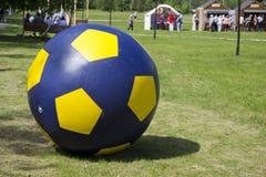 Bola de futebol grande do ar no gramado fotos de stock