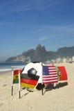 Bola de futebol internacional Rio de janeiro Brazil das bandeiras de país do futebol Fotografia de Stock