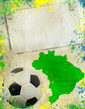 Bola de futebol, mapa de Brasil e cores da bandeira Fotografia de Stock Royalty Free