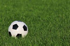 Bola de futebol na grama. futebol Imagem de Stock