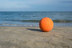 Bola de futebol na praia Fotografia de Stock Royalty Free