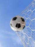Bola de futebol na rede Imagem de Stock Royalty Free