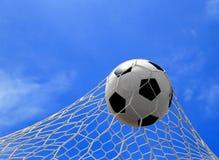 Bola de futebol na rede Fotos de Stock Royalty Free