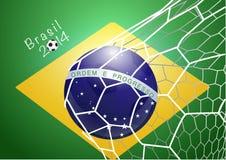 Bola de futebol na rede com bandeira de Brasil Fotografia de Stock