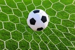 Bola de futebol na rede do objetivo Fotos de Stock