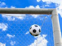 Bola de futebol na rede do objetivo Foto de Stock Royalty Free