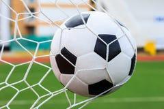 Bola de futebol na rede do objetivo Fotografia de Stock Royalty Free