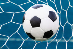 Bola de futebol na rede do objetivo Fotos de Stock Royalty Free