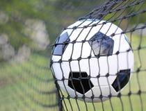 Bola de futebol na rede do objetivo. Futebol Foto de Stock Royalty Free