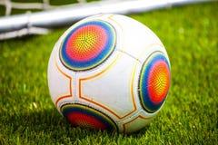 Bola de futebol no campo de futebol Fotos de Stock Royalty Free