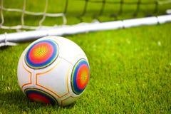 Bola de futebol no campo de futebol Imagem de Stock