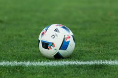 Bola de futebol no campo antes do fósforo Aris contra Panathinaikos Imagem de Stock Royalty Free