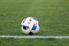 Bola de futebol no campo antes do fósforo Aris contra Panathinaikos Fotografia de Stock Royalty Free