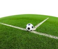 Bola de futebol no campo de grama verde  Foto de Stock Royalty Free