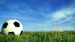 Bola de futebol no campo de grama verde para o evento desportivo Foto de Stock Royalty Free