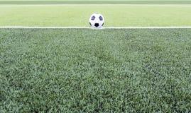 Bola de futebol no campo verde foto de stock royalty free