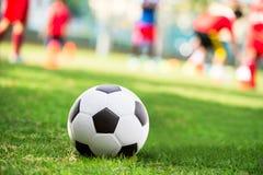 Bola de futebol no tribunal Imagens de Stock Royalty Free