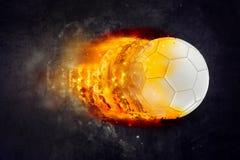 Bola de futebol que queima-se nas chamas Fotos de Stock Royalty Free