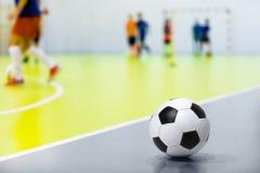 Bola de Futsal do futebol interno Fósforo de futebol interno no fundo Salão de esportes do futebol interno Fotos de Stock