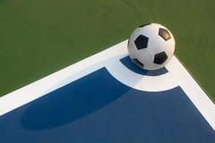 Bola de Futsal en la esquina del campo Fotos de archivo