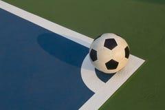 Bola de Futsal en la esquina del campo Imagenes de archivo