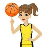 Bola de giro do basquetebol da menina do adolescente com seu dedo Foto de Stock