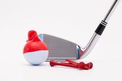 Bola de golfe branca com tampão e o clube de golfe engraçados no backgr branco Foto de Stock Royalty Free