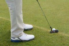 Bola de golfe e clube no verde Fotografia de Stock Royalty Free