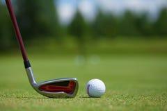 Bola de golfe e ferro Imagens de Stock