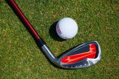 Bola de golfe e ferro Imagem de Stock