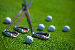 Bola de golfe e ferros Fotos de Stock
