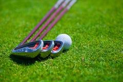 Bola de golfe e ferros Fotografia de Stock