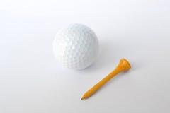 Bola de golfe e T de madeira Foto de Stock Royalty Free