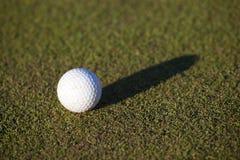 Bola de golfe na grama verde Foto de Stock Royalty Free