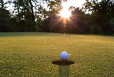 Bola de golfe no bordo imagem de stock
