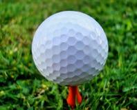 Bola de golfe no T (ascendentes próximos) fotografia de stock
