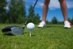 Bola de golfe no T e clube de golfe no campo de golfe Fotos de Stock