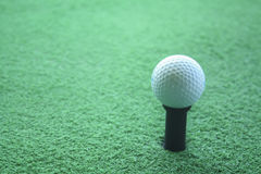 Bola de golfe no T pronto para ser disparado em um drivingrange Foto de Stock